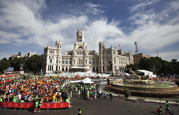 Fiéis se reúnem na praça Cibeles, em Madri (Foto: Andres Kudacki/AP)