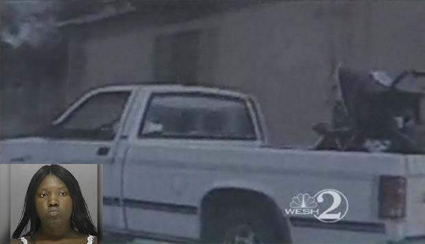 Keyona Davis levou carrinho de bebê em carroceria de caminhonete e foi presa. (Foto: Reprodução/Wesh)