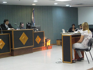 Verônica Verone de Paiva é interrogada no 3° Tribunal do Júri de Niterói (Foto: Lilian Quaino)