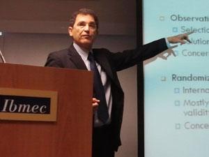 O israelense Victor Lavy deu palestra no Ibmec, no Rio (Foto: Divulgação)