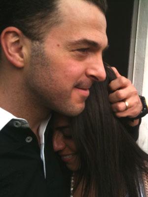 Zé Elias abraça a mulher na saída da delegacia em São Paulo (Foto: Carlos Giffoni/G1)