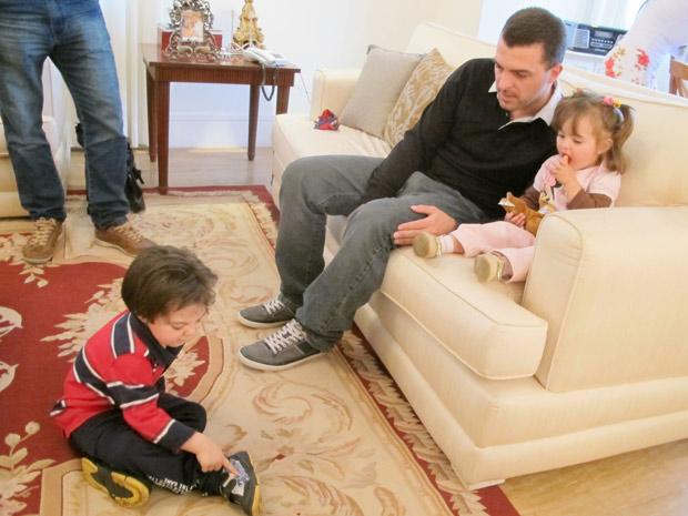 Após ser solto na tarde desta sexta (19), o ex-jogador Zé Elias seguiu para a sua casa, onde reencontrou o filhos (Foto: Marcelo Mora/G1)