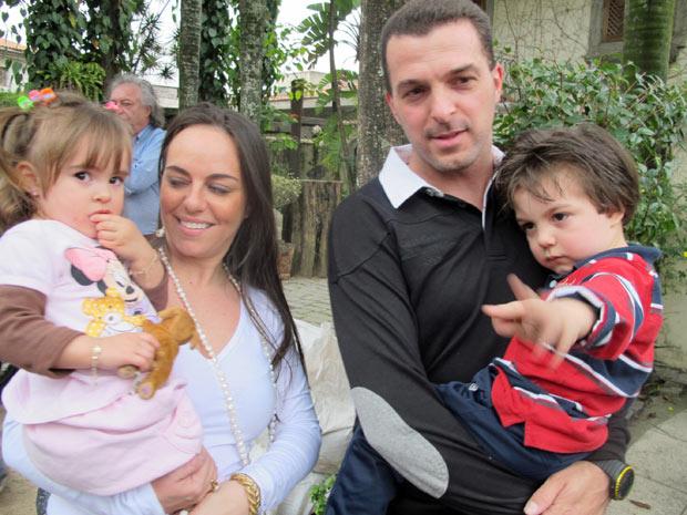 Zé Elias e a sua mulher, Renata, com os dois filhos do casal (Foto: Marcelo Mora/G1)