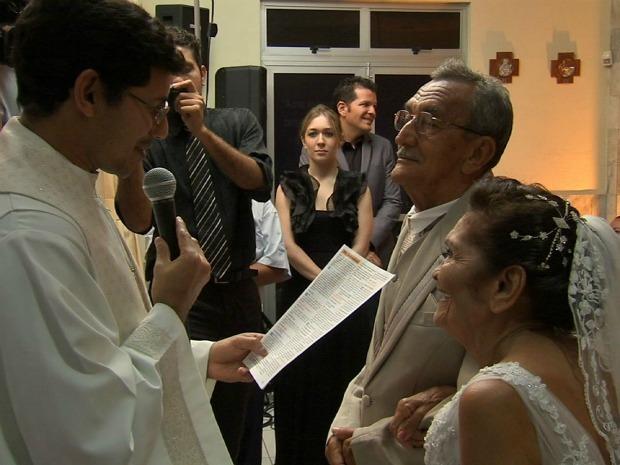 Ana Maria e José Crisóstomo estão juntos há 25 anos e subiram ao altar na noite de sexta-feira (19)  (Foto: TV Verdes Mares/ Reprodução)