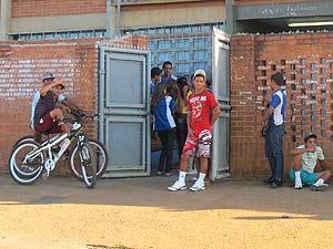Estudantes em frente a portão de escola no Gama, no Distrito Federal, na divisa com Goiás (Foto: Naiara Leão/G1)