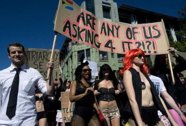 Mulheres participam da 'Marcha das Vagabundas' na Cidade do Cabo (Foto: AFP)