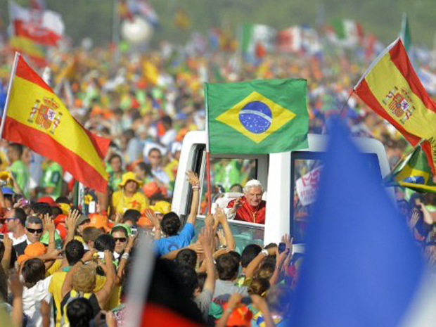 Brasileiros na Espanha comemoraram escolha do Rio de Janeiro como sede da próxima JMJ. (Foto: Cesar Manso / AFP Photo)