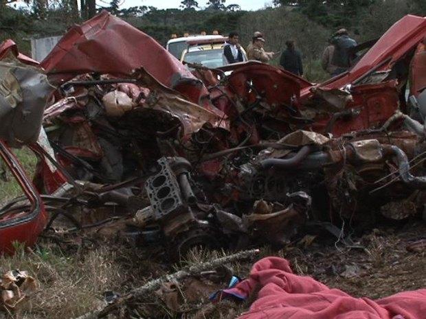 Carro ficou destruído em acidente na PR-466 (Foto: Eduardo Andrade/ RPC TV)