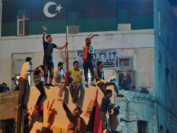 Em Benghazi, líbios comemoram notícias sobre os avanços rebeldes em Trípoli (Foto: Reuters)