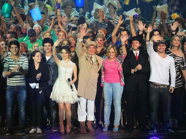 Renato Aragão à frente dos artistas que participaram da 26ª edição do Criança Esperança (Foto: João Miguel Júnior/TV Globo)