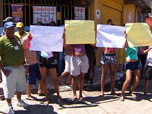 Protesto de moradores após chacina no bairro de Arenoso (Foto: Reprodução/TV Bahia)