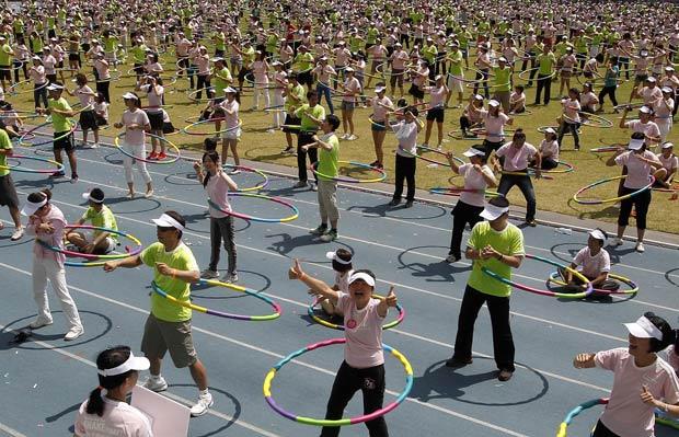 Segundo o Guinness, 2.496 participantes dançaram com bambolês. (Foto: Pichi Chuang/Reuters)