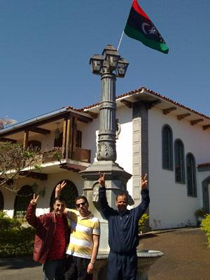 Nabil Nasser, Adel Swasy e Mohamed El-Zwey em frente à embaixada da Líbia (Foto: G1)