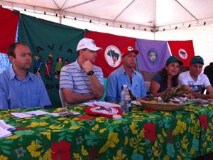 Líderes dos movimentos de trabalhadores rurais anunciam manifestantes (Foto: Tai Nalon / G1)