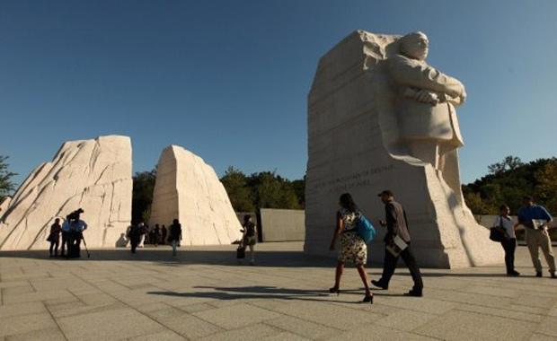 Jornalistas fazem tour pelo Memorial Martin Luther King nesta segunda (22), em Washington (Foto: Getty Images / AFP )