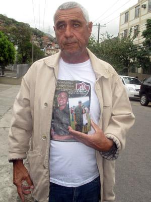 Ricardo Manhães esteve no Hospital Naval Marcílio Dias para protestar contra a morte de seu enteado em curso de formação de fuzileiros (Foto: Mylène Neno/G1)
