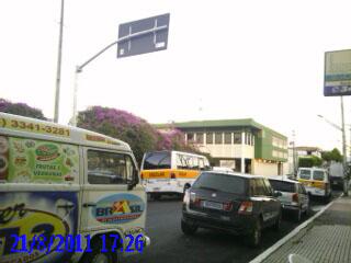 Placa em sentido contrário ao da via é questionada por condutores. (Foto: Dadynha Saturnino/Colaboração)