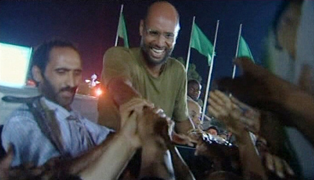Saif cumprimenta apoiadores de Kadhafi em imagem da TV líbia (Foto: Reuters)