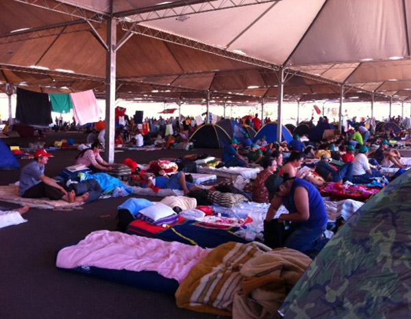 Trabalhadores acampados perto do ginásio Nilson Nelson, em Brasília (Foto: Tai Nalon / G1)