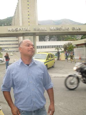 Haroldo Silva Júnior, tio de um dos recrutas internados no Hospital Naval Marcílio Dias, no Rio (Foto: Mylène Neno/G1)