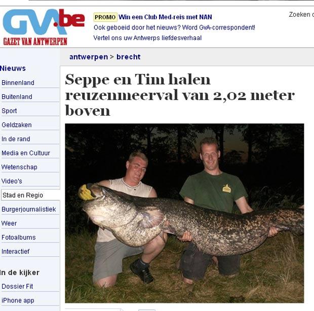Pescadores exibem o peixe de 2,02 metros de comprimento. (Foto: Reprodução)