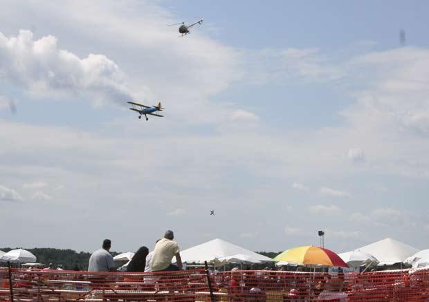 Acidente ocorreu em show aéreo em Harrison Township. (Foto: Jeremy Mitchell/AP)
