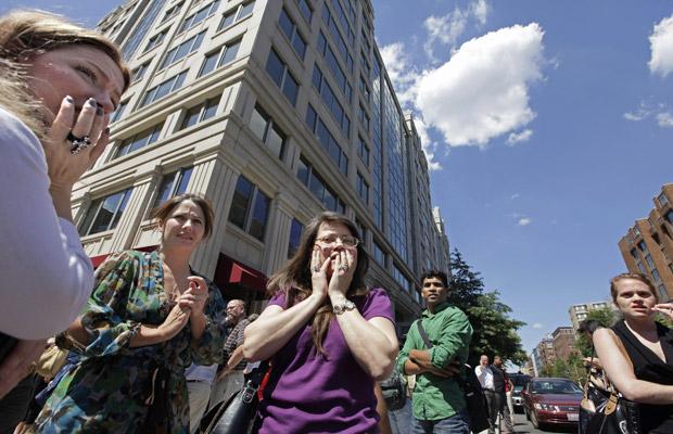 Moradores na rua logo após o tremor sentido nesta terça-feira (23) em Washington, capital dos EUA (Foto: AP)