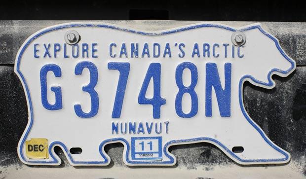 Um veículo foi flagrado na última terça-feira (23) em Resolute Bay, no Canadá, com um placa no formato de um urso polar. Cena foi registrada por Chris Wattie. (Foto: Chris Wattie/Reuters)