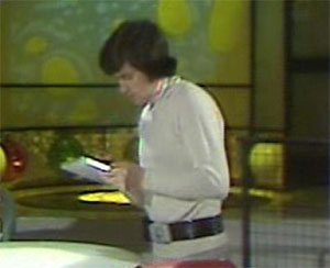 Cena de série britânica de 1970 mostra personagem usando dispositivo semelhante a um tablet (Foto: Reprodução)