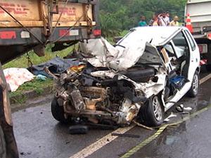 Carro bateu na traseira de caminhão na BR-324 na Bahia (Foto: Reprodução/TV Bahia)