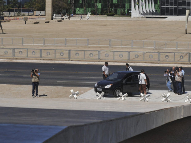 Carro tenta subir a rampa do Palácio do Planalto (Foto: Antônio Cruz / Agência Brasil)