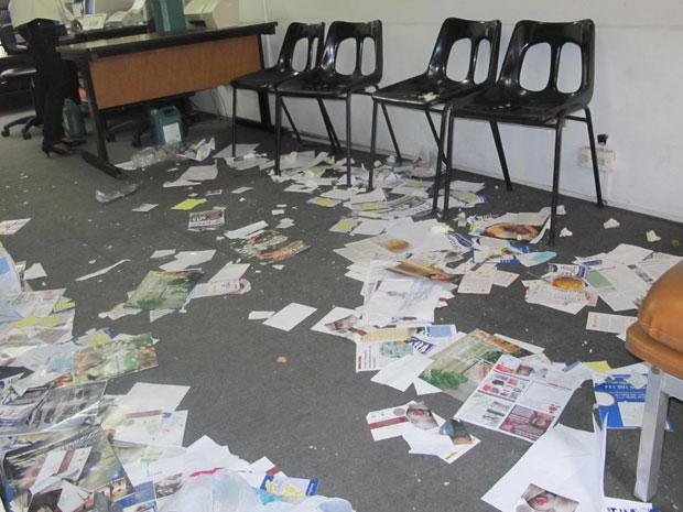 Conselho permanecia com papéis no chão na manhã desta terça (Foto: Juliana Cardilli/G1)