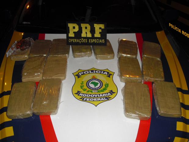 A droga estava escondida por um forro falso na parte traseira do veículo (Foto: Divulgação/PRF)
