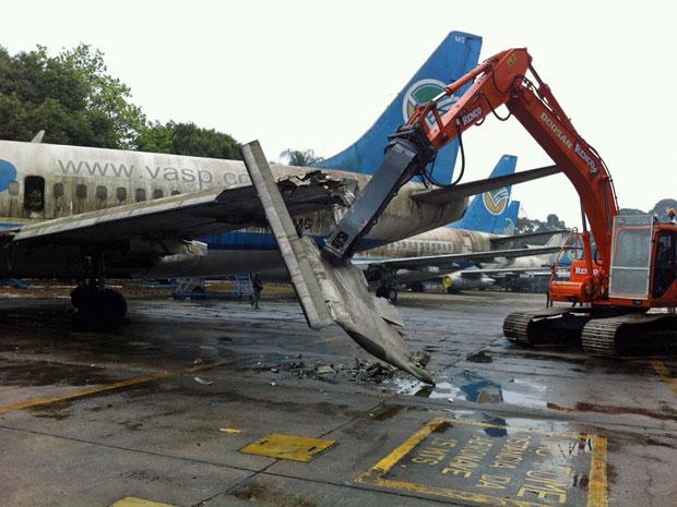 Máquina começa a desmontar aeronaves em Congonhas (Foto: Carolina Iskandarian/G1)