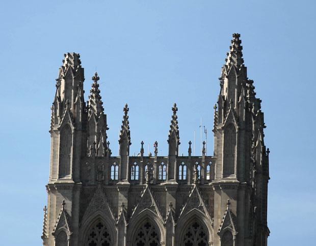 Torre à esquerda na catedral em Washington perdeu a ponta (Foto: AP)