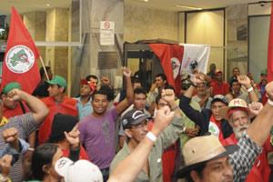 Grupo ocupou recepção do Ministério da Fazenda, mas não chegou a subir no prédio, segundo a assessoria de imprensa da pasta (Foto: Agência Brasil) (Foto: Agência Brasil)