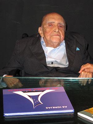 O arquiteto Oscar Niemeyer durante lançamento de seu novo livro no Rio (Foto: Henrique Porto/G1)