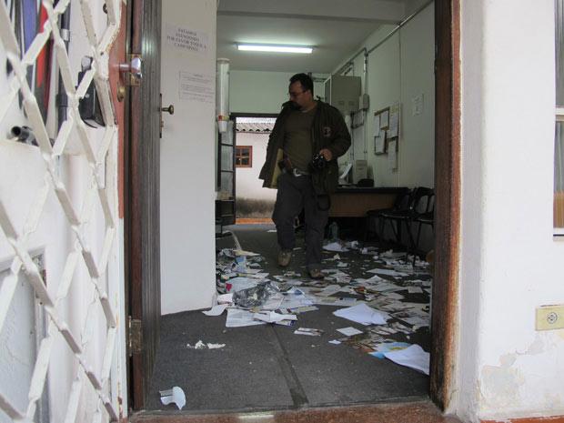 Perito trabalha em sala do Conselho Tutelar na manhã desta terça-feira (Foto: Paulo Toledo Piza/G1)