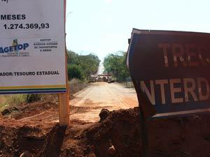 Local onde ponte sobre o ribeirão João Leite caiu, no km 15 da rodovia GO-222 (Foto: Káthia  Mello/G1)