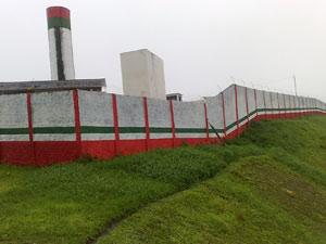 Presos fugiram pulando o muro do presídio de Joinville (Foto: Salmo Duarte/A Notícia)