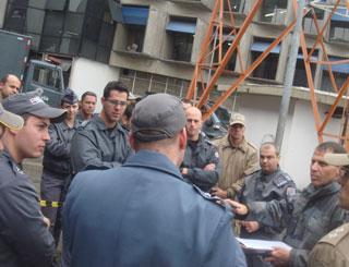 Policiais discutem erros e acertos após treinamento (Foto: Tahiane Stochero/G1)