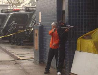 Negociadores do Gate se passam por criminosos durante simulação (Foto: Tahiane Stochero/G1)