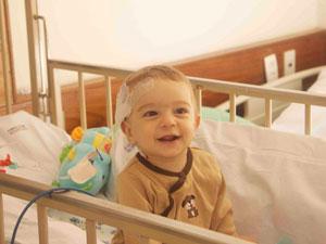 Guilherme durante uma das internações, aos sete meses (Foto: Arquivo Pessoal/Luiz Cláudio Anísio)
