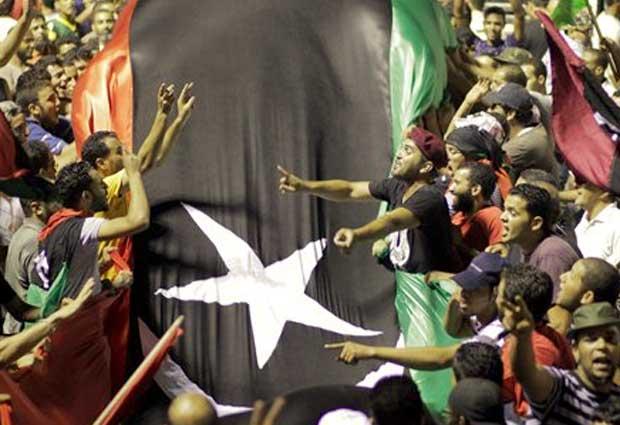 População comemora tomada do QG de Kadhafi (Foto: AP)