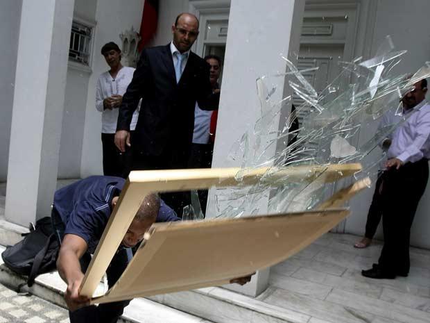 Líbios anti-Kadhafi ocuparam a embaixada da Líbiana cidade de Makati, nas Filipinas (Foto: AP Photo/Bullit Marquez)