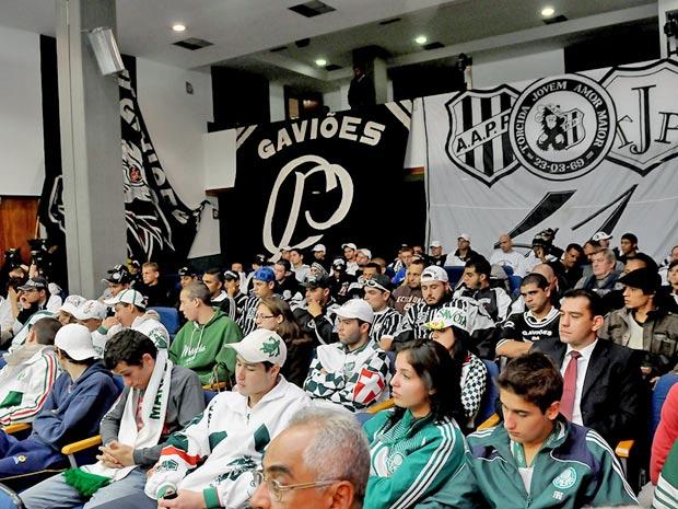 Integrantes de torcidas organizadas de times de São Paulo acompanham votação de projeto na Assembleia nesta quarta (Foto: Divulgação/ Comunicação Alesp)