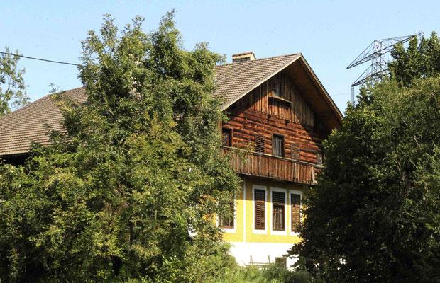 Casa da cidade austríaca de St. Peter am Hart onde os crimes teriam ocorrido, vista nesta quinta-feira (25) (Foto: AP)
