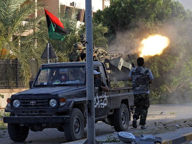 Rebeldes combatem no distrito de Abu Salim, em Trípoli, nesta quinta-feira (25) (Foto: AP)