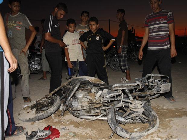 Moto destruída durante bombardeio israelense em Jabaliya, na Faixa de Gaza, nesta quinta-feira (25) (Foto: AP)
