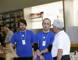 Funcionários de loja da Apple em San Francisco, nos EUA, falam com cliente sobre renúncia de Jobs ao cargo de CEO da empresa (Foto: Robert Galbraith/Reuters)